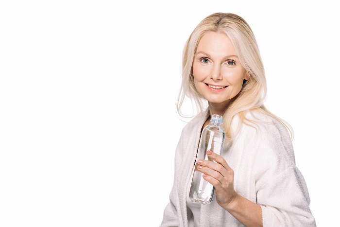 1. Nunca sales de casa sin una botella de agua y siempre tienes una en la mano