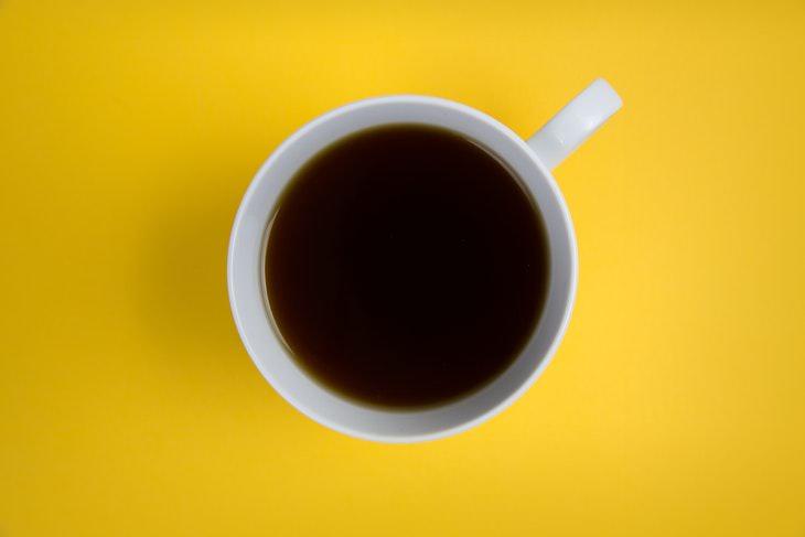 Hábitos Matutinos Que Afectan Tus Niveles De Energía Tomar tu café antes del desayuno