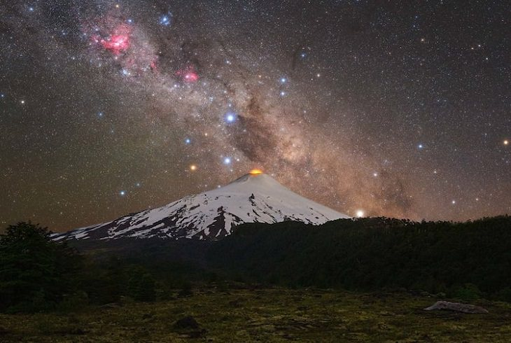 """Asombrosas Fotografías De La Vía Láctea """"Volcán y cruz"""" de Tomas Slovinsky. Volcán Villarrica, Chile"""