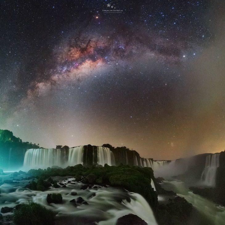 """Asombrosas Fotografías De La Vía Láctea """"Garganta del diablo"""" de Víctor Lima. Cataratas del Iguazú, Brasil."""