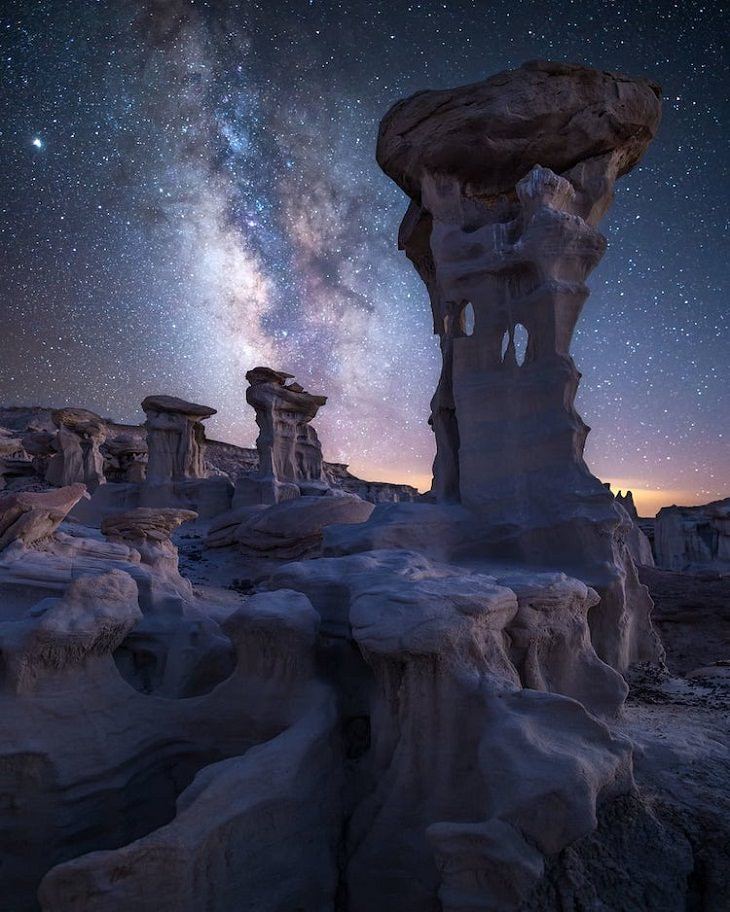 """Asombrosas Fotografías De La Vía Láctea  """"Noches de Navajo"""" de Christine Kenyon. Bisti Badlands, Nuevo México, Estados Unidos"""