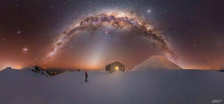 """Asombrosas Fotografías De La Vía Láctea """"Mt. Vía Láctea Taranaki """"de Larryn Rae. Pico Fanthams. Taranaki, Nueva Zelanda"""
