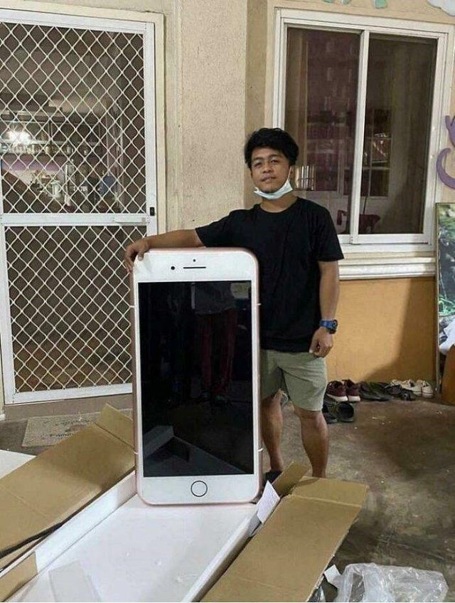 Divertidas Imágenes De Fallos En Las Compras En Línea Este chico compró accidentalmente una mesa con forma de iPhone en lugar de un iPhone real