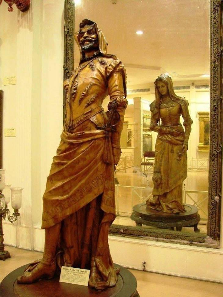 Increíbles Exhibiciones De Museos Que Deberías Ver La estatua de dos caras del siglo XIX de Mefistófeles y Margaretta en el Museo Salar Jung en la India