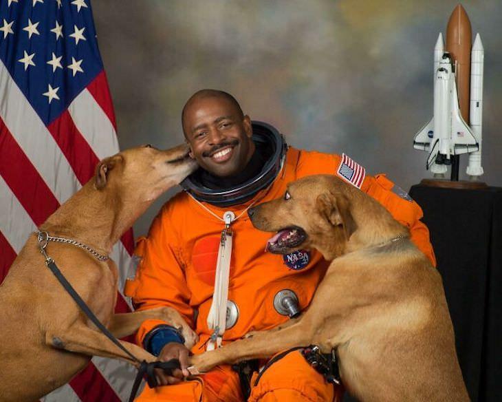 Fotos Muestran Por Qué Los Perros Son Divertidos Leland Melvin es un astronauta retirado de la NASA y este es su retrato oficial con sus perros