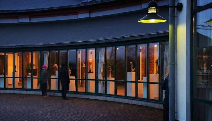 Increíbles Exhibiciones De Museos Que Deberías Ver Un museo de arte en Salo, Finlandia, está cerrado debido al brote de Covid-19, por lo que reorganizaron la exposición principal para que se pueda ver desde el exterior, de día o de noche.