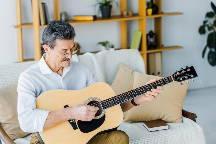 El Vínculo Entre Ver El Televisor En Exceso y El Deterioro Cognitivo Hombre tocando la guitarra