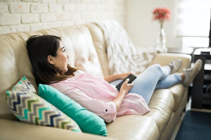 El Vínculo Entre Ver El Televisor En Exceso y El Deterioro Cognitivo Mujer viendo el televisor