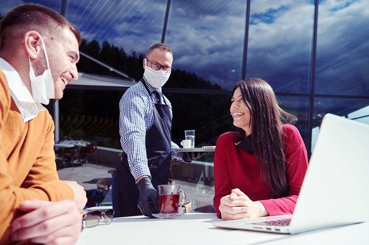 2. Siéntate en mesas con acceso al aire exterior