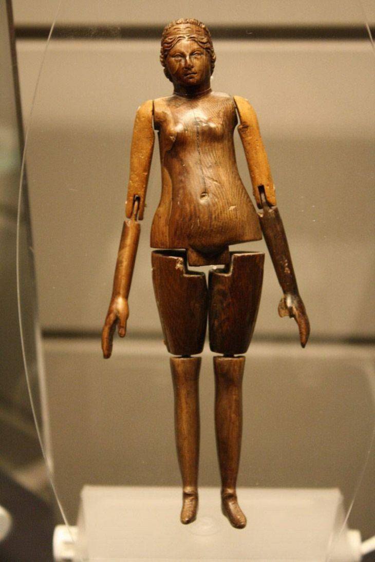 Exhibiciones Impresionantes De Museos Esta antigua muñeca romana está hecha de marfil de colores y fue encontrada en el sarcófago de un niño de 8 años que vivió hace más de 1.800 años.
