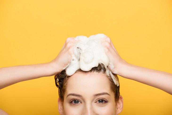 6 Champús Caseros Para Diferentes Tipos De Cabello Mujer lavándose el cabello