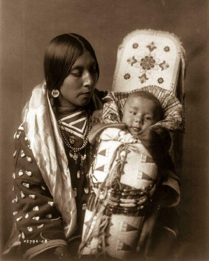 Fotos Históricas Raras Una madre nativa americana y su hijo - 1900