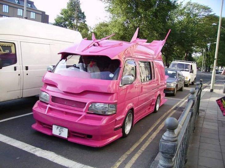 16 Autos Raros Que a Menudo No Ves En Las Carreteras Auto rosa
