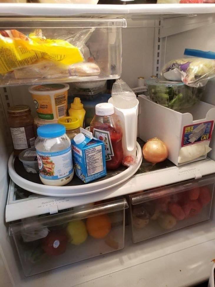 14 Ingeniosas Soluciones Caseras Esta bandeja giratoria hace que sea mucho más fácil acceder al producto en la parte posterior del refrigerador
