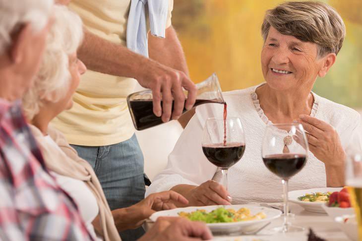 ¿Por Qué Deberías Reducir Tu Consumo De Alcohol? Pareja bebiendo