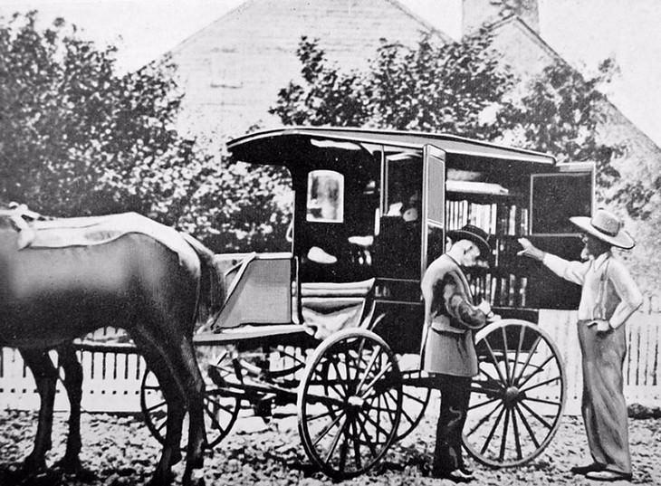 Fotografías De Bibliotecas Móviles De La Antigüedad Un carro tirado por caballos en Washington en la década de 1900.