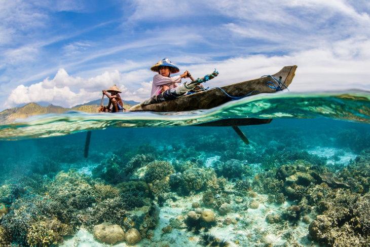 Fotos Ganadoras De Las Maravillas Del océano El ganador de la categoría Océano, vida y medios de subsistencia: pescadores locales que pescan con línea de mano cerca del archipiélago Solor de Indonesia.