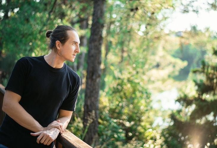 Los Grandes Beneficios De La Ecoterapia Hombre contemplando la naturaleza