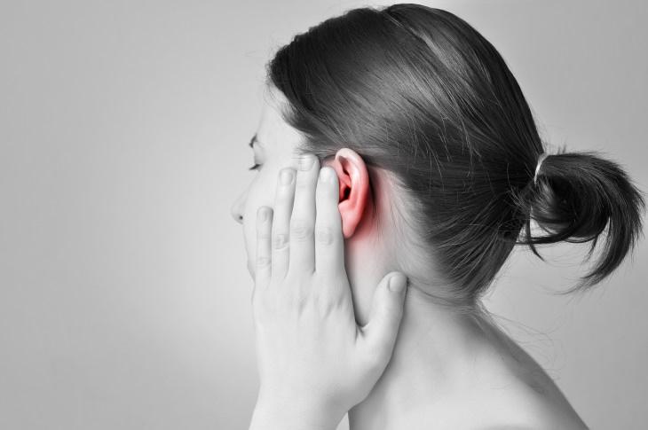 Cómo Quitar El Agua Atascada En Los Oídos Haz un sello al vacío con la mano