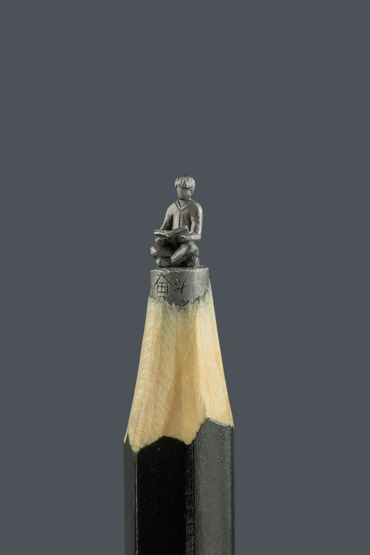 13 Esculturas Realizadas Sobre La Mina De Un Lápiz hombre leyendo