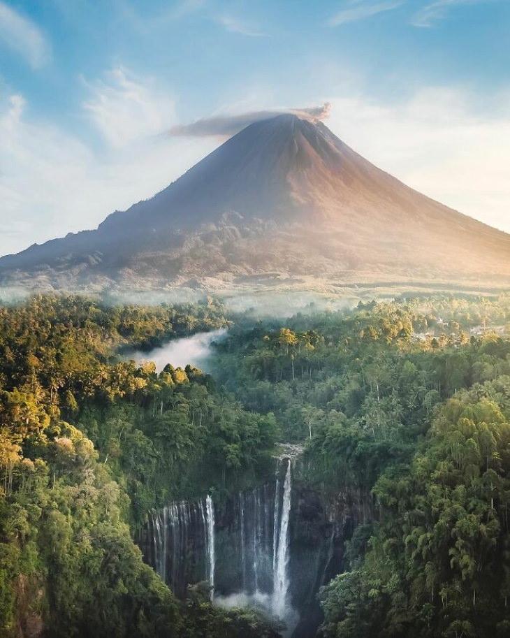 19 Lugares Espectaculares Del Planeta Tierra La cascada Tumpak Sewu y el volcán Semeru, Java Oriental, Indonesia