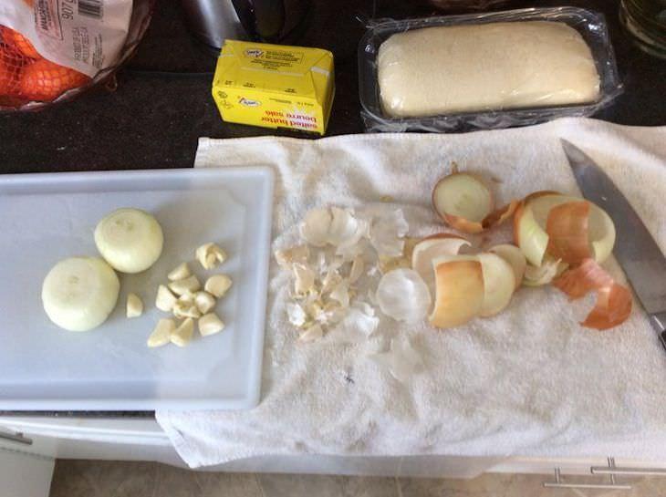 14 Trucos De Cocina Que Han Sido Probados Pelar cebollas y ajos en un paño de cocina viejo