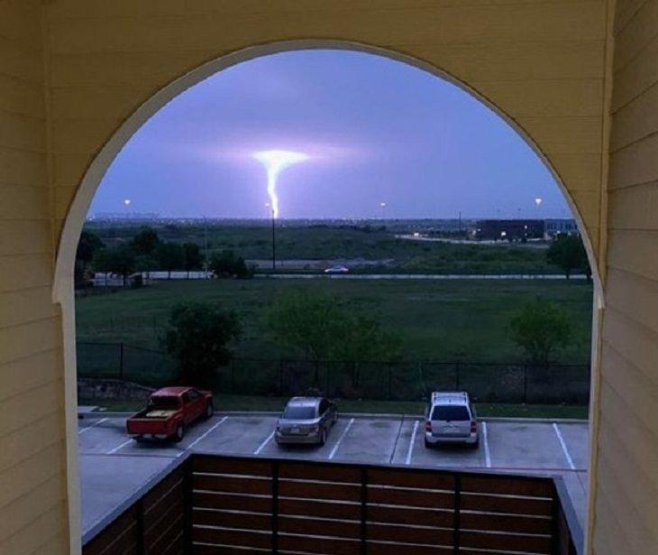 2. Rayo que destaca un tornado