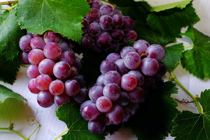 Fruits and Vegetables to Buy Organic Grapes