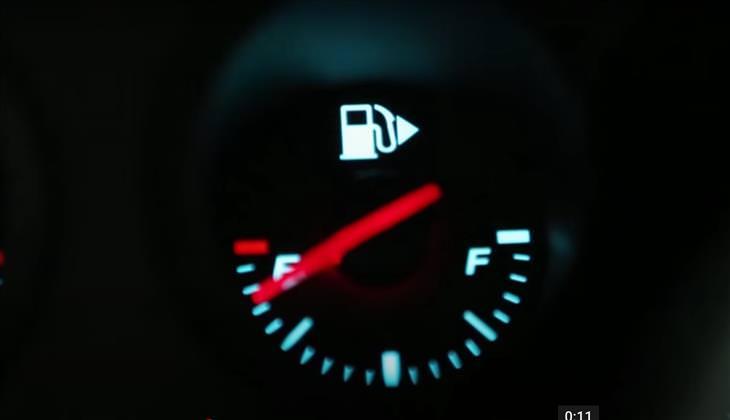 10  Tecnologías Útiles De Los Autos Nuevos Flecha de localización del tanque de gasolina