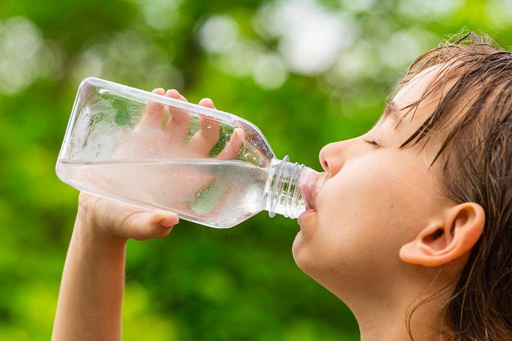 1. Mantente hidratado con regularidad, incluso cuando no tengas sed