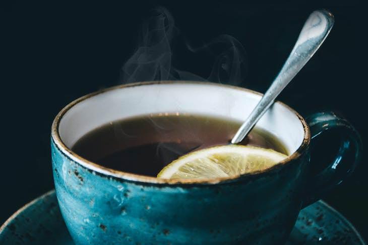 1. 'Teasmade' fue un dispositivo popular en las décadas de 1960 y 1970 en el Reino Unido. Era un reloj despertador que también hacía té, lo que garantizaba que una taza de té caliente estuviera lista justo a tiempo de que te despertaras.