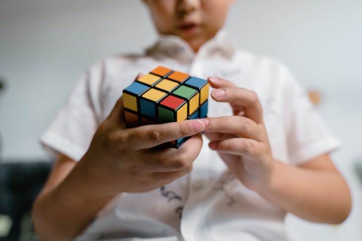 2. Hay más de 43 trillones de combinaciones posibles para resolver un cubo de Rubik, pero nunca te faltan más de 20 turnos para resolver uno.