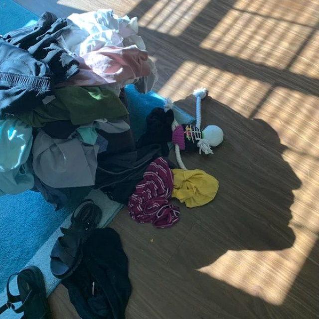 2. ¡Vaya! La sombra de esta pila de ropa es como la cara de un hombre