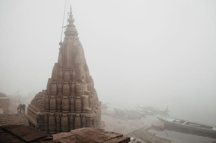 Fotos Que Capturan La Belleza De La India Un antiguo templo cubierto de niebla en los ghats de Varanasi, a orillas del río Ganges