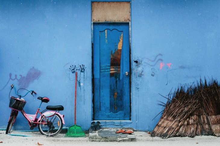 Fotos Que Capturan La Belleza De La India Un edificio azul en una calle de Rajasthan, India