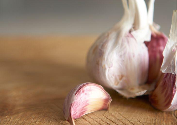 2. Usa jugo de ajo para hacer pegamento