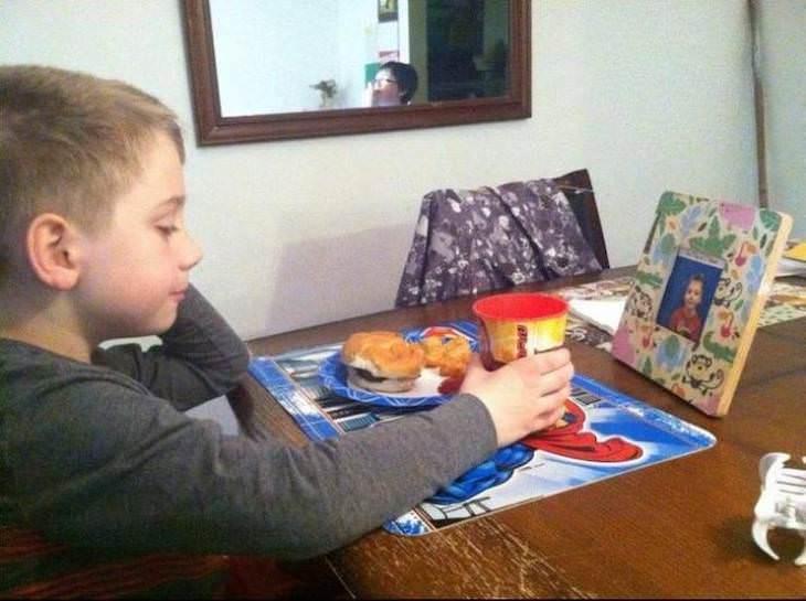Fotos Divertidas La Vida Con Niños Este niño cena frente a una foto de sí mismo todas las noches