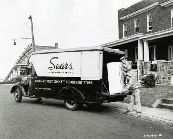 Fotografías De Eventos De Los Años 30 y 40 Un camión de Sears entregando un refrigerador, 1940