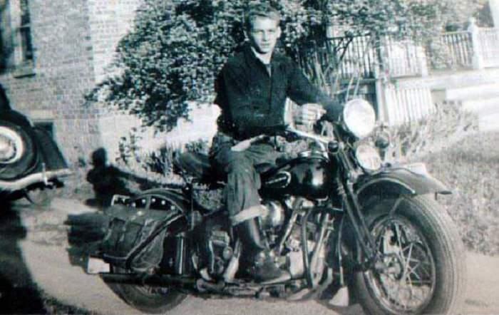 Fotografías De Eventos De Los Años 30 y 40 Joven con su Harley Davidson, 1942
