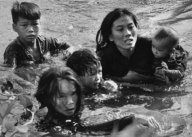 """Historia Detrás De Fotos Icónicas """"Huir a la seguridad"""" (1966)"""