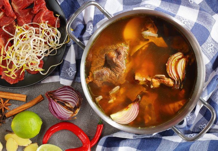 Formas De Reutilizar Los Restos De Comida Prepara caldo de huesos casero