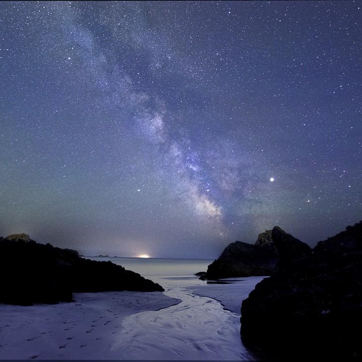 """Fotos Nos Muestran El Espectactular Universo """"Kynance Cove bajo la Vía Láctea"""" de Louise Jones (Reino Unido)"""