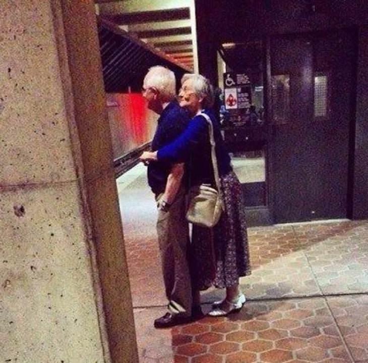 Conmovedoras Fotos Que Demuestran Amor Abrazo pareja mayor