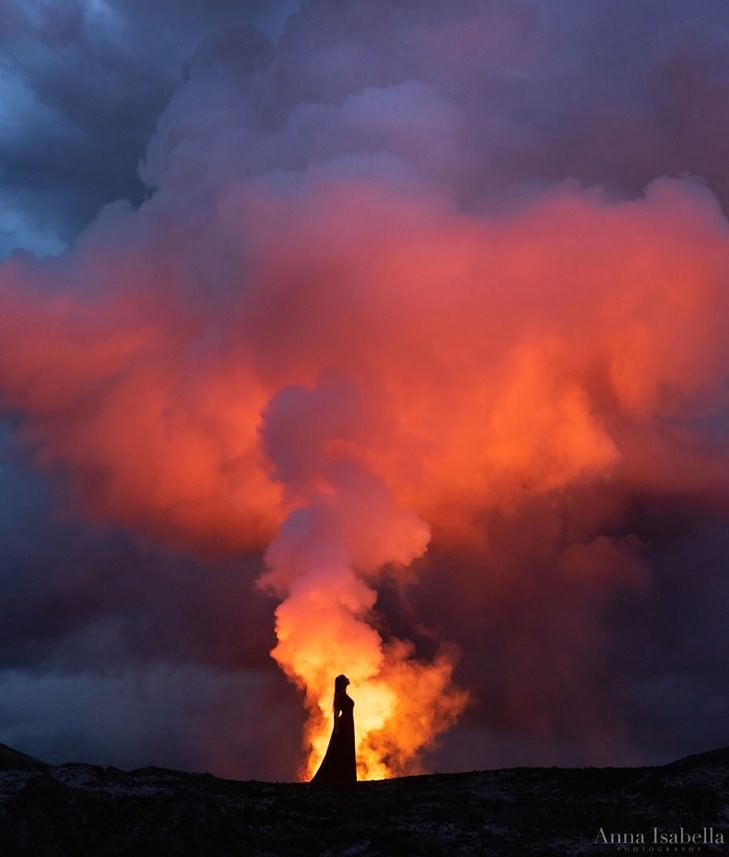 Autorretratos frente a un volcán en erupción Silueta y neblina