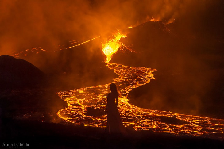 Autorretratos frente a un volcán en erupción Silueta y lava del volcán