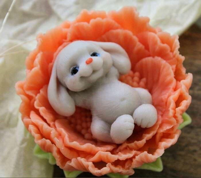 Esculturas De Jabón En Forma De Animales Conejo en una flor