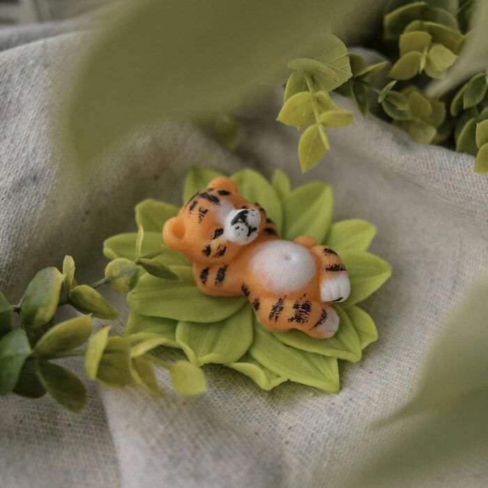 Esculturas De Jabón En Forma De Animales Tigre en una planta