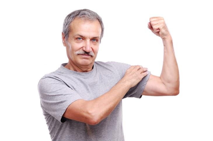 Los Músculos Fuertes Pueden Prolongar Tu Esperanza De Vida Hombre Mayor mostrando sus músculos