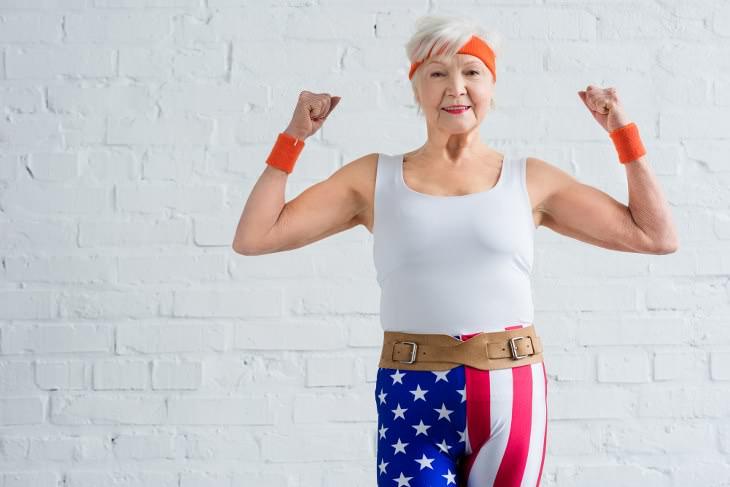Los Músculos Fuertes Pueden Prolongar Tu Esperanza De Vida Mujer de la tercera edad mostrando sus músculos