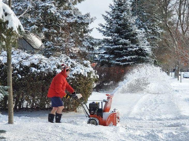 La Vida En Canadá Hombre en la nieve usando shorts